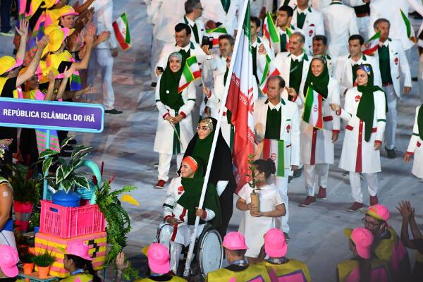 Zahra Nemati porte-drapeau de son pays lors des Jeux olympiques de Rio.