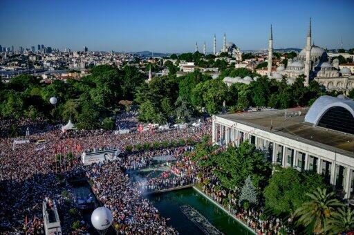 مشهد عام للجمهور الذي احتشد خلال تسلم إمام أوغلو المعارض مفاتيح بلدية إسطنبول في 27 حزيران/يونيو 2019
