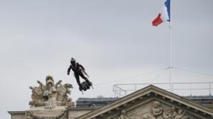 """Franky Zapata sur son """"Flyboard"""" au-dessus des Champs Elysées, le 14 juillet 2019"""