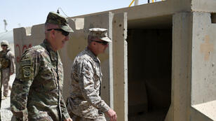 Un commandant et un général américains visitent le camp Leatherneck à Lashkar Gah dans la province afghane d'Helmand, le 29avril2017.