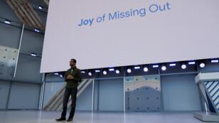"""Sundar Pichai, le patron de Google, a opposé mardi soir, lors de la conférence annuelle de la firme réservée aux développeurs, la """"Fear of missing out"""" (FOMO, en abrégé), qui désigne la peur de manquer quelque chose, à la """"Joy of missing out"""" (JOMO), qui fait au contraire référence à la joie éprouvée à l'idée de ne pas être au courant de tout, et donc de déconnecter."""