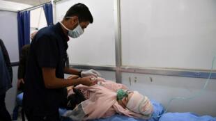 Una mujer respira a través de una máscara de oxígeno después de un presunto ataque con gas tóxico en Alepo. 25 de noviembre de 2018.