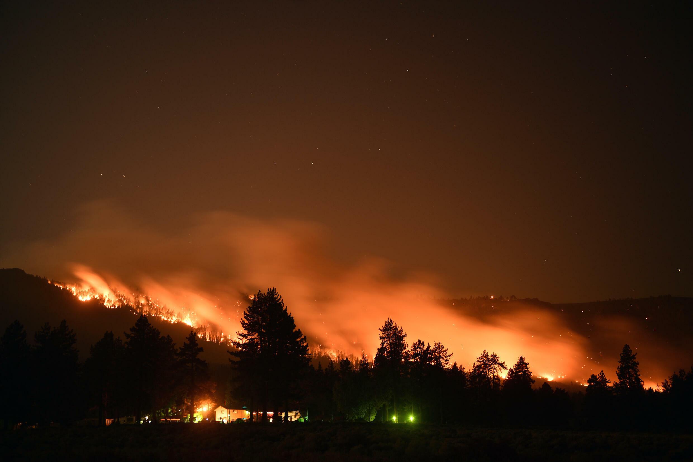 Los árboles arden en una ladera durante un incendio forestal en Milford, al norte de California, en una imagen de larga exposición tomada el 18 de agosto de 2021 al oeste de EEUU