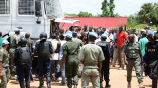 Des policiers centrafricains font face à des manifestants à Bangui, le 11 mai 2015.