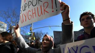 Des manifestants dénoncent le sort réservé aux Ouïghours par la Chine devant l'ONU, à New York, le 2 février 2019.