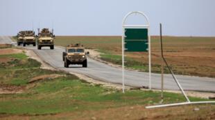 عربات مصفحة أمريكية بالقرب من الحدود السورية التركية
