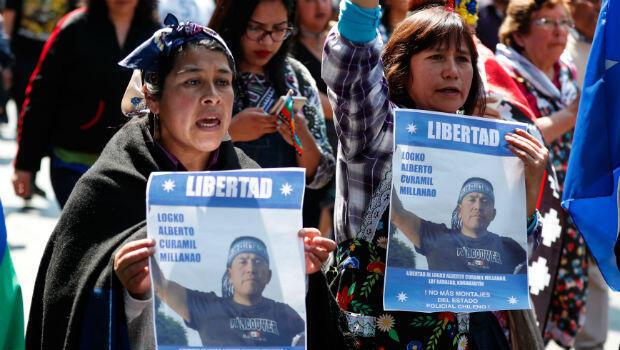 Dos mujeres piden la libertad de un indígena mapuche durante la marcha anual en honor a la resistencia del pueblo mapuche.