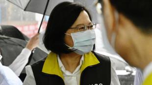 الرئيسة لاصينية تساي إينغ-وين خلال زيارتها لمراكز السيطرة على الأوبئة في تايبيه في 19 أيار/مايو 2020