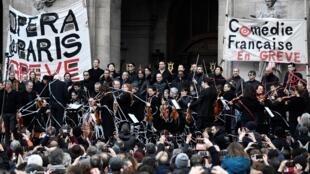 L'orchestre de l'Opéra de Paris, en grève depuis un mois et demi contre la réforme des retraites, a donné une représentation gratuite samedi 18 janvier 2020 sur le parvis du Palais Garnier.