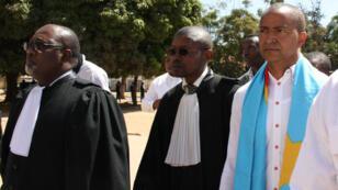 """L'opposant Moïse Katumbi arrive, entouré de ses avocats, au """"tribunal de paix"""" de Lubumbashi dans le sud-est de la République démocratique du Congo (RD Congo) en mai 2016."""