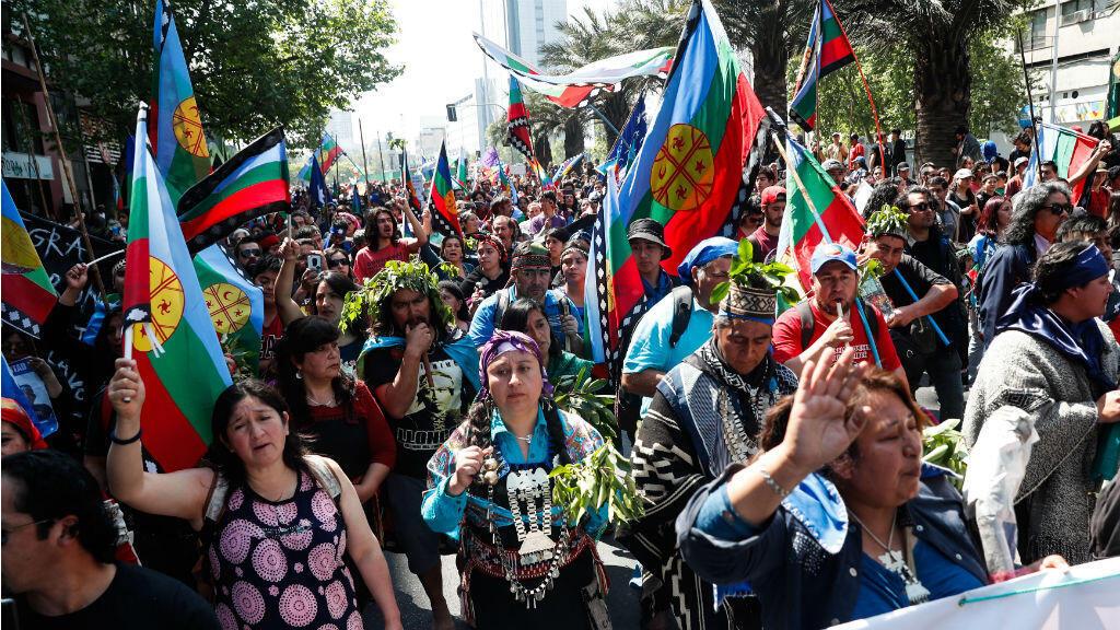 Manifestantes con banderas del pueblo mapuche participan en una marcha, el domingo 14 de octubre de 2018, en Santiago (Chile).