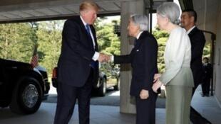 الرئيس الأمريكي دونالد ترامب خلال لقائه إمبراطور اليابان أكيهيتو في 06 تشرين الثاني/نوفمبر 2017