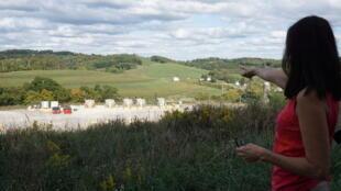 Lois Bower-Bjornson, une activiste environnementale du Clean Air Council, montre un site de fracturation hydraulique près de sa maison de Scenery Hill, en Pennsylvanie.