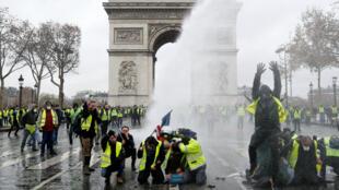 """محتجون من حركة """"السترات الصفراء"""" أمام قوس النصر وسط باريس"""