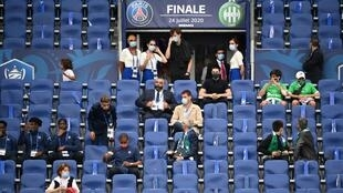 Fans and squad members tried to follow the rules at the French Cup final at the Stade de France