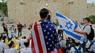 Un israelí viste la bandera de Estados Unidos en la Puerta de Damasco, en Jerusalén, el 13 de mayo de 2018.