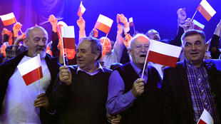 - مناصرون لحزب القانون والعدالة البولندي في وارسو في 22 تشرين الأول/أكتوبر 2015