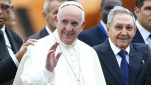 البابا فرنسيس والرئيس الكوبي راؤول كاسترو في 19 أيلول/سبتمبر 2015