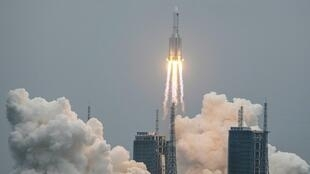 """الصاروخ """"لونغ مارش 5 بي"""" يقلع في 29 نيسان/أبريل 2021 من مركز الإطلاق وينتشانغ في جزيرة هاينان الاستوائية (جنوب الصين)حاملاً وحدة """"تيانهي""""، اول المكونات الثلاثة للمحطة الفضائية الصينية (سي اس اس)."""