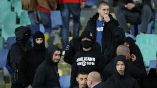 Des hooligans bulgares dans les tribunes lors de Bulgarie-Angleterre, le 14 octobre à Sofia.