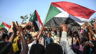 Des manifestants protestent lors d'un sit-in, le 30avril2019, devant leQG de l'armée à Khartoum.