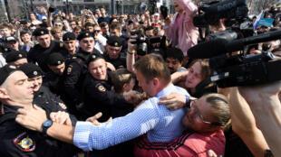 L'opposant russe Alexeï Navalny, lors de son interpellation à Moscou, le 5 mai 2018.