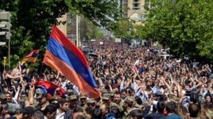 عشرات الآلاف من المتظاهرين في أرمينيا يحتجون على تولي رئيس البلاد السابق سيرج سركيسيان منصب رئيس الوزراء واسع النفوذ، في العاصمة يريفان في 23 أبريل 2018.