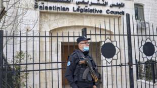 عنصر في قوات الامن الفلسطينية امام مقر المجلس التشريعي الفلسطيني في رام الله بالضفة الغربية المحتلة في 16 كانون الثاني/يناير 2021