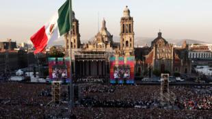 Miles de personas, en su mayoría simpatizantes del nuevo presidente de México, Andrés Manuel López Obrador, permanecen a las afueras de Palacio Nacional, en la plaza del Zócalo, el sábado 1 de diciembre de 2018.