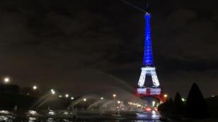 La Tour Eiffel s'est illuminée en bleu, blanc et rouge, couleurs du drapeau français, lundi 16 novembre.