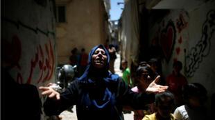 Familiar del palestino Yousef Al-Faseah, que fue asesinado por las tropas israelíes durante las protestas en la frontera entre Israel y Gaza, llora durante funeral en la ciudad de Gaza el 9 de junio de 2018.