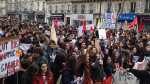 Des manifestants demandant le retrait de la loi travail, samedi 9 avril 2016, à Paris.