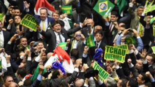 Les députés de l'opposition célébrant le vote en faveur de la destitution de Dilma Rousseff.