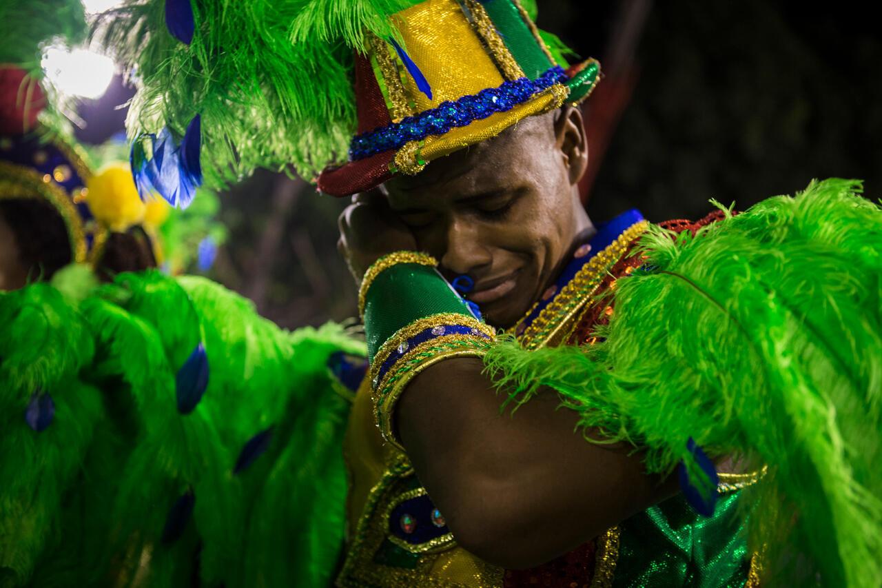 Los miembros de las escuelas de samba desean ganar el campeonato por encima de todo. En la foto, un 'passista' de la escuela Grande Rio llora porque uno de los carros alegóricos se rompió segundos antes de entrar en el sambódromo, lo que implica una fuerte penalización para su escuela. Escuela Grande Rio (Carnaval 2018).