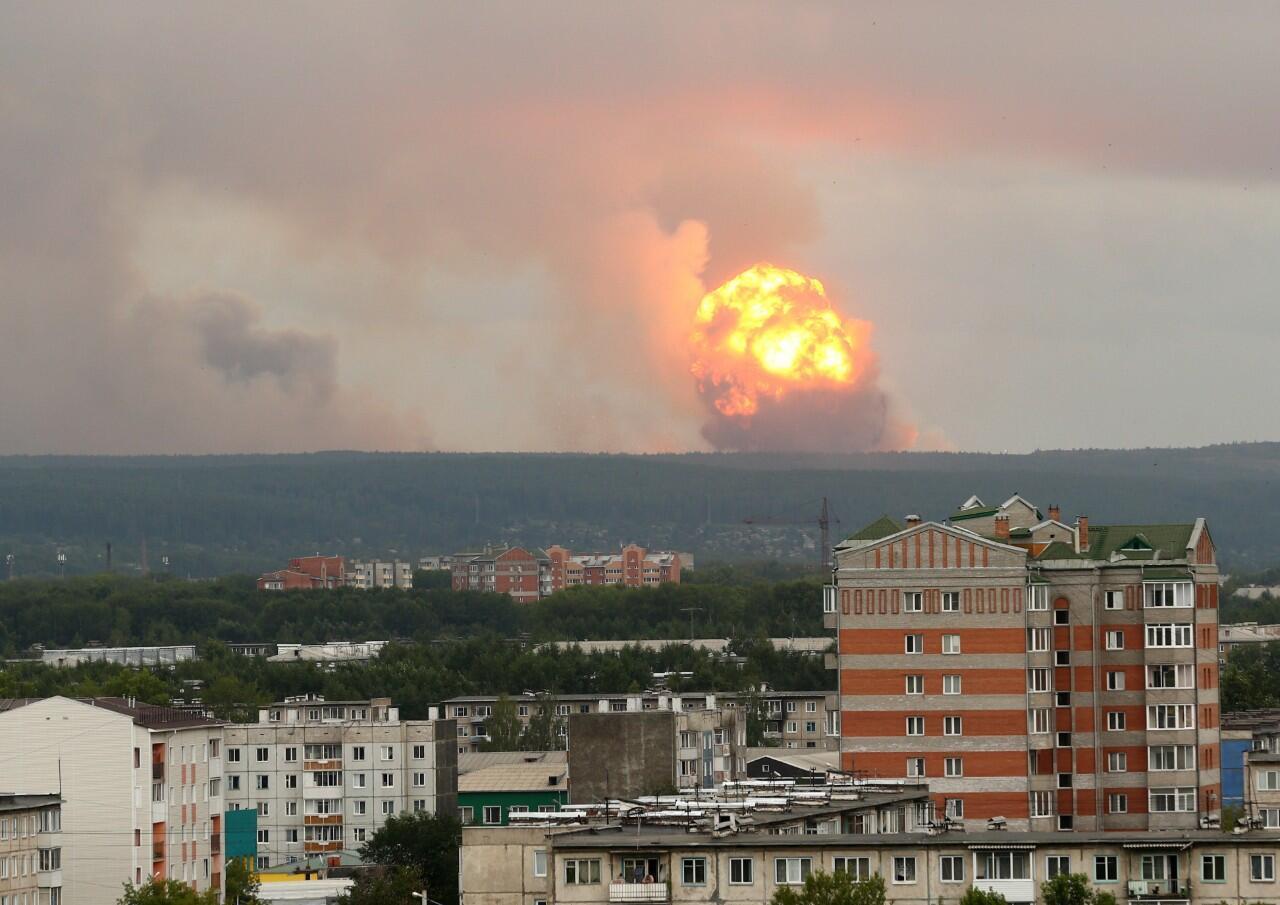 Archivo: vista de la explosión de un arsenal de proyectiles de artillería ubicado en una unidad militar, a unos 10 kilómetros de la ciudad de Achinsk, Rusia.