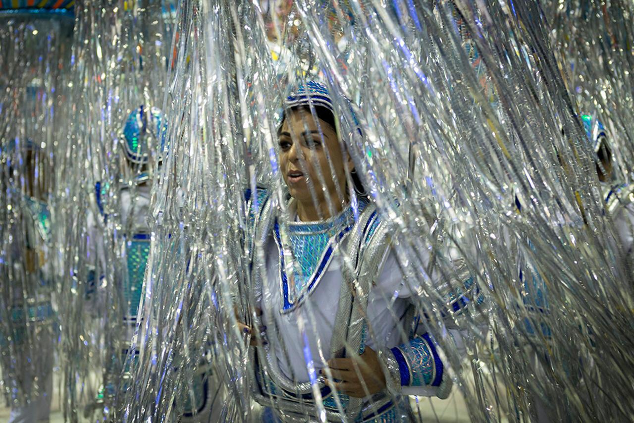 Es común que cambien de escuela de samba después a cada cierto número de años. Suelen ser fichados después del final del carnaval y llegan a cobrar auténticas fortunas. Uno de los más cotizados es Paulo Barros, que preparó el desfile de la escuela Vila Isabel en 2018. (Carnaval 2018).