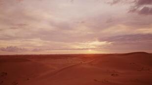 Coucher du soleil dans le désert du Sahara.