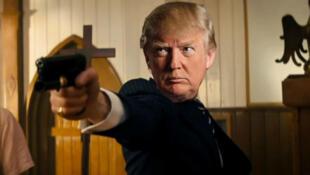 Un brutal video clip que muestra a Donald Trump disparando y apuñalando a personajes de los medios de comunicación y oponentes políticos fue transmitido en una conferencia para sus partidarios, reportó el domingo el New York Times.