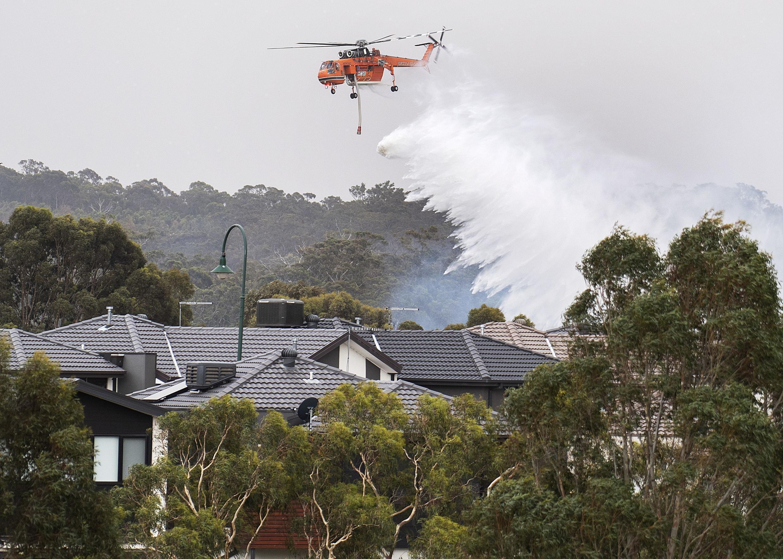 Un hélicoptère tente d'éteindre les incendies dans la ville de Bundoora, dans la banlieue de Melbourne.