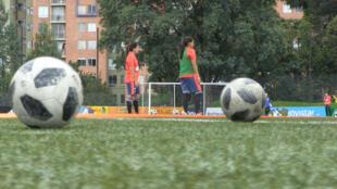 Dos jugadoras de la selección Colombia participan en un entrenamiento en Bogotá, el 8 de mayo de 2019.
