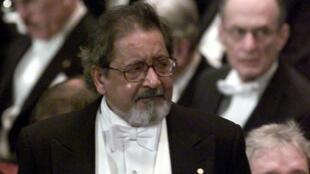 V.S. Naipaul lors de la cérémonie de remise de son Prix Nobel de Littérature, à Stokholm, le 10 décembre 2001.