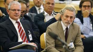 En esta foto de archivo tomada el 4 de octubre de 2016, el empresario español Francisco Correa y el exsecretario del PP Organización de Galicia, Pablo Crespo, observan durante el juicio de la 'Gürtel' en San Fernando de Henares, cerca de Madrid, España.