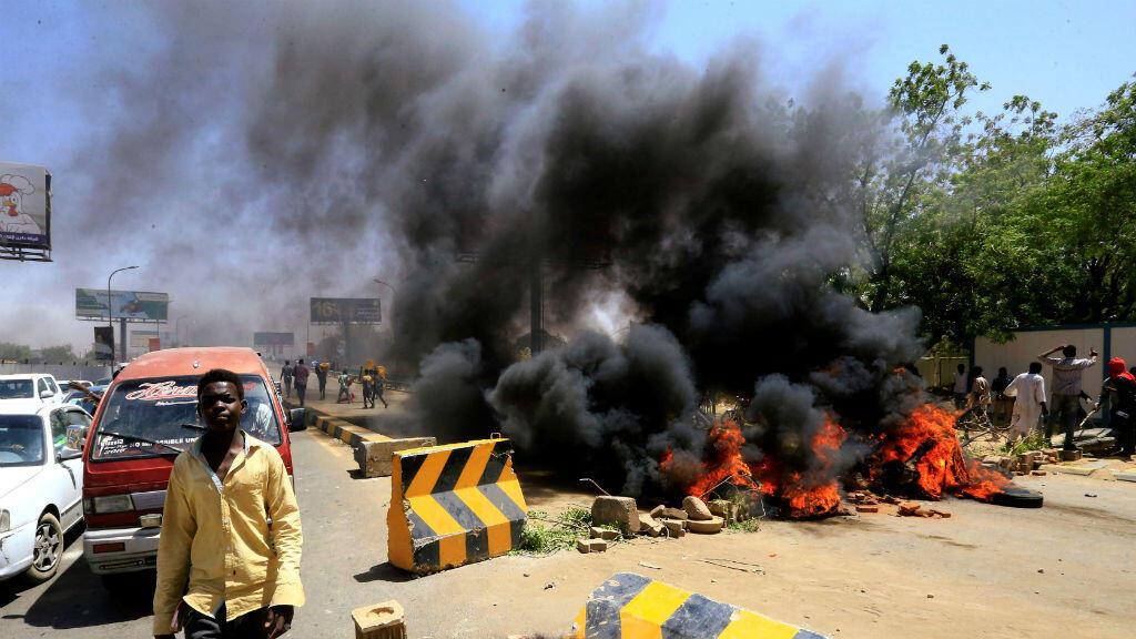 Un manifestante sudanés tras bloquear la carretera que conduce al puente Al-Mek Nimir, que une a Jartum Norte y Jartum, en Sudán, el 13 de mayo de 2019.