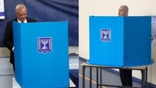 رئيس الوزراء بنيامين نتانياهو ومنافسه بيني غانتس خلال التصويت في الانتخابات التشريعية الإسرائيلية، 17 سبتمبر/أيلول 2019.