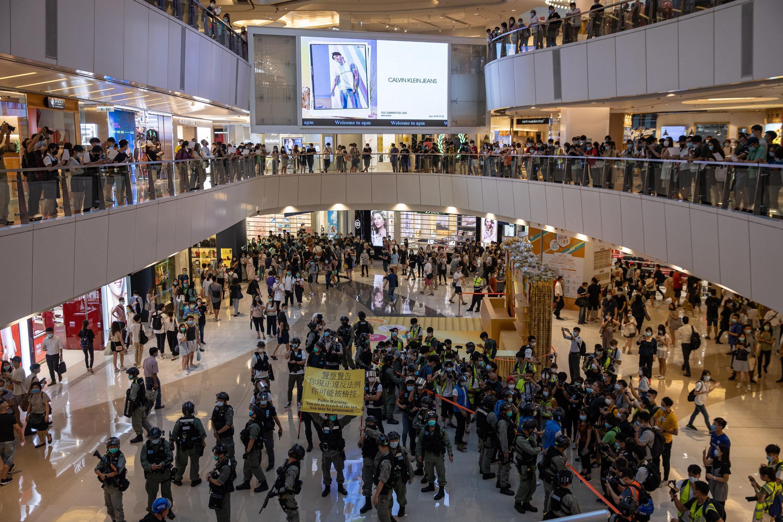 Cientos de personas protestan en un centro comercial contra la nueva ley de seguridad nacional, en Hong Kong, el 6 de julio de 2020.