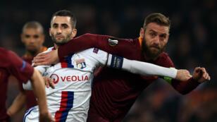 Les deux capitaines Maxime Gonalons et Daniele De Rossi au duel, jeudi soir, au Stadio Olimpico de Rome.