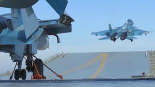 Un avion russe décolle du porte-avions Amiral Kouznetsov pour aller frapper des positions de l'organisation État islamique en Syrie.