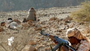 مقاتلون يمنيون موالون للحكومة يتمركزون في أحد المواقع في محافظة حضرموت في 21 شباط/فبراير.