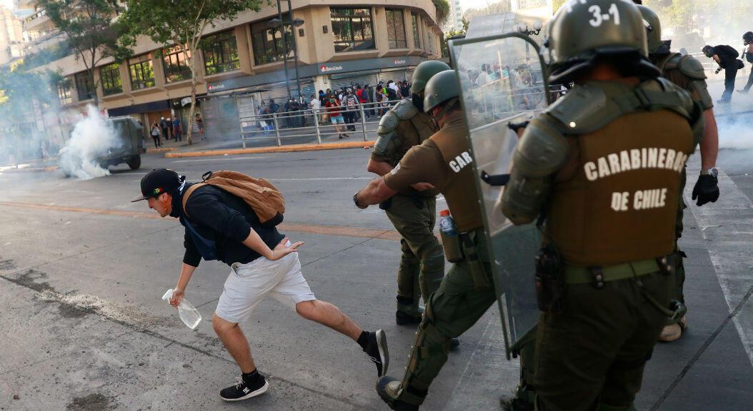 Nuevas protestas antigubernamentales, en las que los manifestantes se enfrentan a la fuerza pública, en Santiago de Chile, Chile, el 7 de noviembre de 2019.