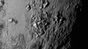 Mais d'où viennent donc ces montagnes observées par la sonde New Horizons ?